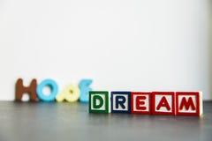 Sonho e esperança de madeira coloridos da palavra com background1 branco Fotografia de Stock Royalty Free