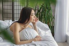 Sonho fêmea em seu quarto foto de stock