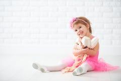 Sonhos da menina da criança pequena da bailarina tornando-se com sapata de bailado fotos de stock