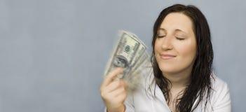 Sonhos da mulher que ventilam com dinheiro Fotografia de Stock
