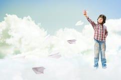 Sonhos do menino de transformar-se um piloto Fotografia de Stock Royalty Free