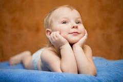 Sonhos do rapaz pequeno foto de stock