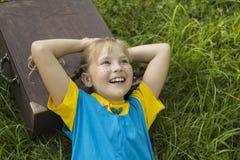 Sonhos engraçados da menina da viagem foto de stock royalty free