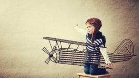 Sonhos felizes do bebê de transformar-se um aviador piloto e jogos com pla fotografia de stock