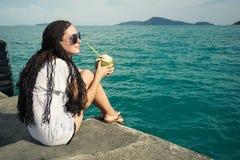 Sonhos, oceano e menina bonita Fotos de Stock Royalty Free