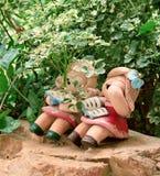 Sonido de Luaghing de las muñecas de tierra de la muchacha debajo de las plantas Imágenes de archivo libres de regalías