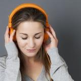 Sonido de moda para el adolescente femenino relajado magnífico Fotografía de archivo