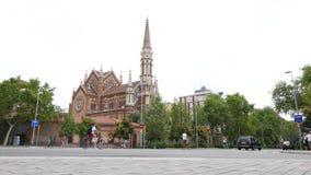 Sonido del sonido de campana de iglesia católica, tráfico por carretera de Barcelona almacen de video