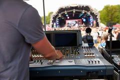 Sonido e ingeniero de iluminación en un concierto al aire libre del festival imagen de archivo