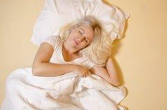 Sonido hermoso de la mujer de la visión superior dormido foto de archivo libre de regalías