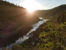 Sonne, die hinter Berg geht Lizenzfreie Stockbilder