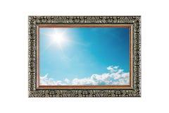 sonnen Sie Glanz auf blauem Himmel mit Wolken im Holzrahmen auf w Lizenzfreie Stockbilder