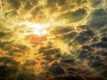sonnen Sie hintere Wolke und len Aufflackern des Sonnenlichts stockbild