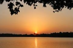 Sonnenaufgänge über dem orangefarbenen See Stockbild