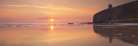 Sonnenaufgang über abschüssigem Strand in Nordirland stockbild