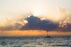 Sonnenaufgang über Atlantik mit der Yacht, dominikanisch lizenzfreie stockfotografie