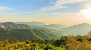 Sonnenaufgang über Berg schellte Stockfotos