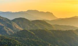 Sonnenaufgang über Berg schellte Stockbilder