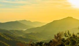 Sonnenaufgang über Berg schellte Stockfoto