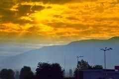 Sonnenaufgang über Bergen Lizenzfreie Stockfotos