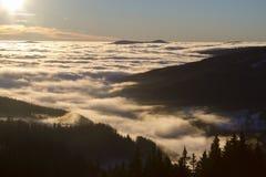 Sonnenaufgang über Bergen stockfotos