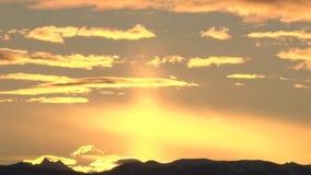 Sonnenaufgang über Bergen stock video