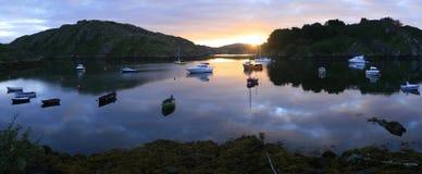 Sonnenaufgang über Booten stockbilder