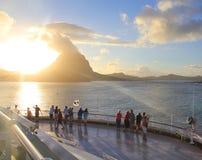 Sonnenaufgang über Bora Bora-Insel lizenzfreies stockbild