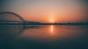 Sonnenaufgang über Brücke stockbild
