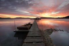 Sonnenaufgang über dem Brisbane-Wasser bei Woy Woy mit der Auster des Paddys Stockfoto