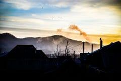Sonnenaufgang über dem Dorf lizenzfreie stockbilder