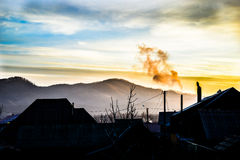 Sonnenaufgang über dem Dorf lizenzfreie stockfotografie