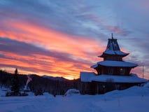 Sonnenaufgang über dem Dorf, das im Wald ist Lizenzfreie Stockfotos