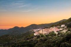 Sonnenaufgang über dem Dorf der Costa in Balagne-Region von Korsika Stockbild