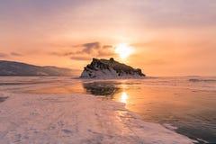 Sonnenaufgang über dem Einfrieren von Baikal-Wintersaisonnaturlandschaft stockfoto