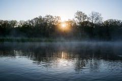 Sonnenaufgang über dem Fluss Lizenzfreies Stockbild