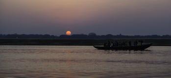 Sonnenaufgang über dem Fluss der Ganges stockfoto