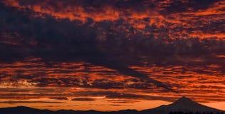 Sonnenaufgang über dem Fujisan, wie von einer angrenzenden Spitze angesehen Haube, Oregon Stockfotos