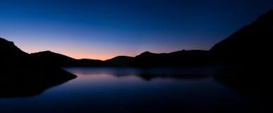 Sonnenaufgang über dem Gebirgssee Lizenzfreies Stockbild