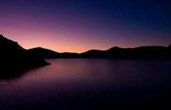 Sonnenaufgang über dem Gebirgssee Lizenzfreie Stockbilder