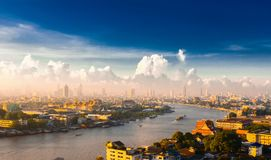 Sonnenaufgang über dem großartigen Palast auf Chao Phraya River Die Hauptleitung stockbild