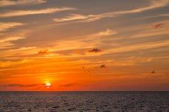 Sonnenaufgang über dem karibischen Meer lizenzfreie stockfotos