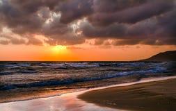 Sonnenaufgang über dem Meer in den Wolken Stockbilder