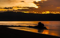 Sonnenaufgang über dem Meer in Indonesien Lizenzfreies Stockfoto