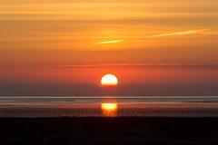 Sonnenaufgang über dem Meer mit orange Himmel Stockbilder