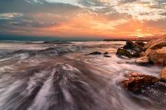 Sonnenaufgang über dem Meer Stein auf dem Vordergrund Stockbilder