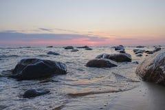 Sonnenaufgang über dem Meer Stein auf dem Vordergrund lizenzfreies stockbild