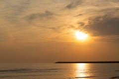 Sonnenaufgang über dem Meer und cloudly dem Himmel lizenzfreies stockbild