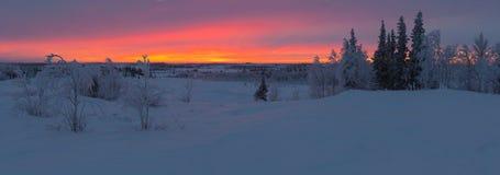 Sonnenaufgang über dem nördlichen Polarkreise hinaus Stockbild