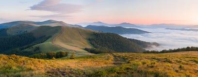 Sonnenaufgang über dem Nebelmeer in den Bergen am Sommer lizenzfreie stockfotografie